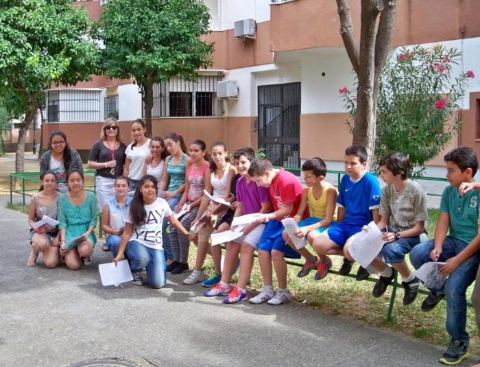 Los alumnos del colegio Manuel Canela en el recorrido de la barriada Ntra. Sra. de la Oliva.
