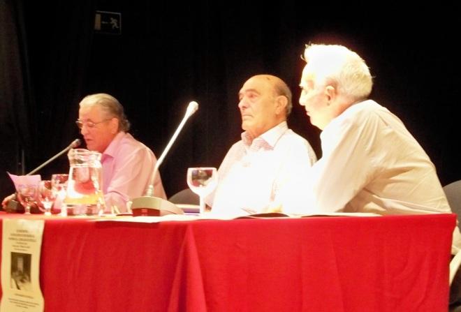 Los representantes de la entidades de Elcano, La Paloma y Helópolis, exponiendo los temas para el posterior debate.