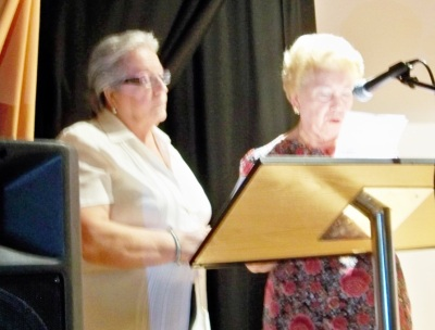 Esperanza Vélez, recibiendo el homenaje de la Coordinadora de Mayores del Sur