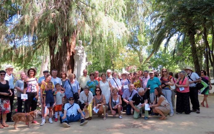 Los ciudadanos que iniciaron el IV Itinerario botánico por el Parque de María Luisa.