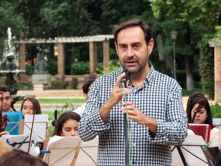 Alberto Martínez, artífice del Día de la Musica en el Parque de María Luisa, informando de la programación.