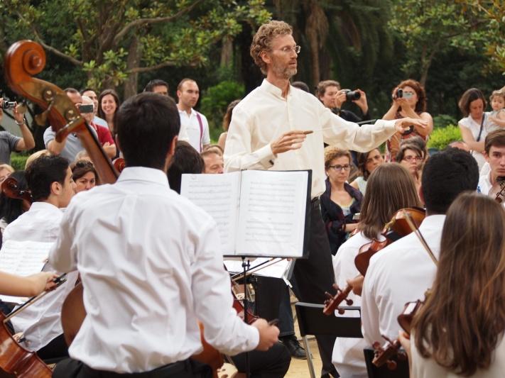El director de la Sinfonietta San Francisco de Paula, Jerome Ireland, en la Glorieta de los Lotos.