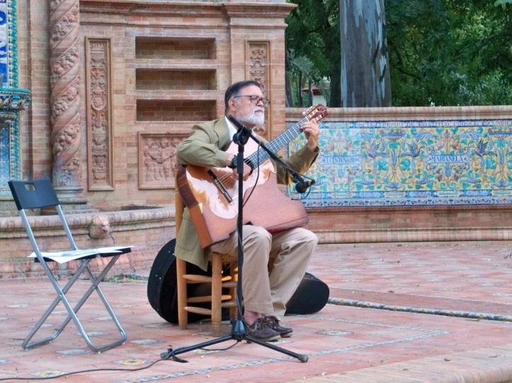 El Dr. Epifanio Lupión. en la Glorieta de los Hermanos Álvarez Quintero, nos deleitó con su guitarra.