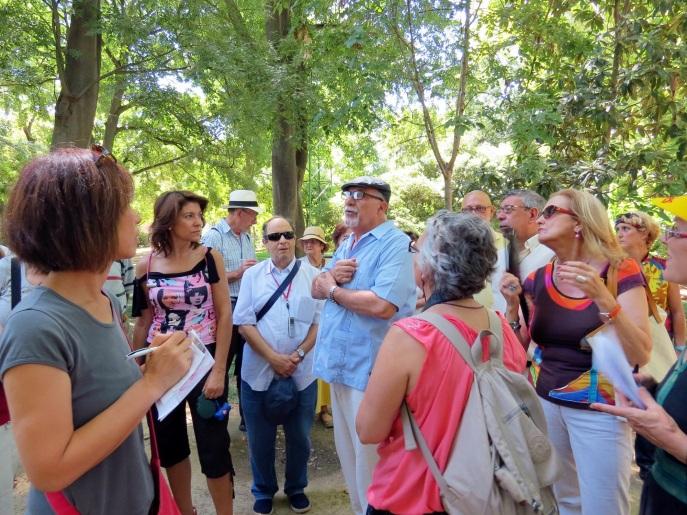 Jacinto Martínez explica las características de los árboles del Parque de María Luisa.