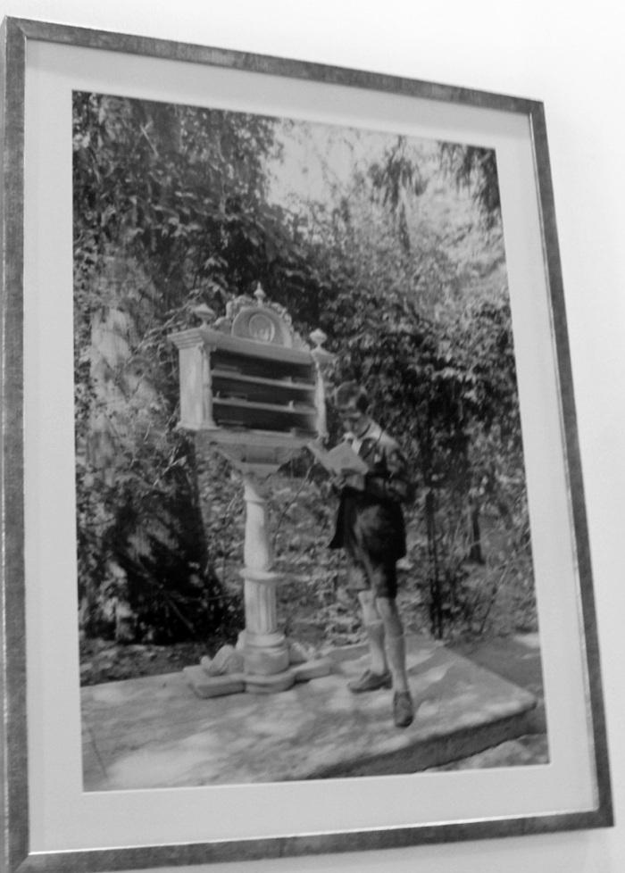 Fotografía en blanco y negro del anaquel de mármol que había en la Glorieta de Bécquer y que hoy está guardada en la direción general de Parques y Jardines (Pabellón Marroquí)