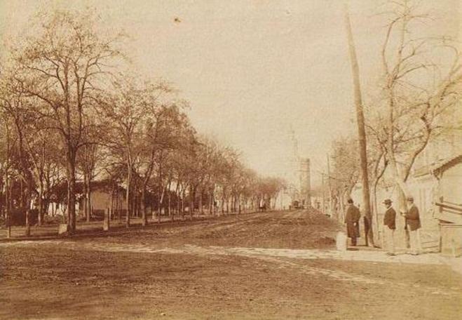 Al Salón de Cristina, data de 1823. Con motivo de la Exposición de 1929, lo mutilaron para construir el Hotel Cristina y...actualmente el apeo de árboles con escasa justificación.
