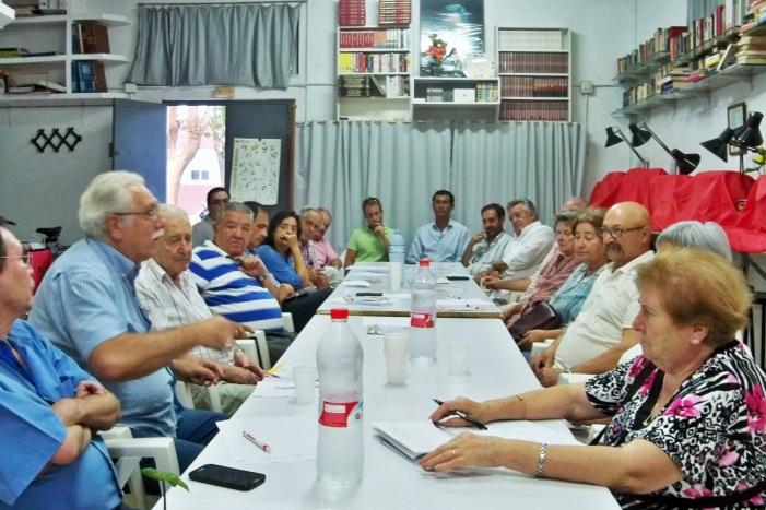 Miembros de la Plataforma Ciudadana por los Parques, los Jardines y el Paisaje de Sevilla, debatiendo el orden del día.