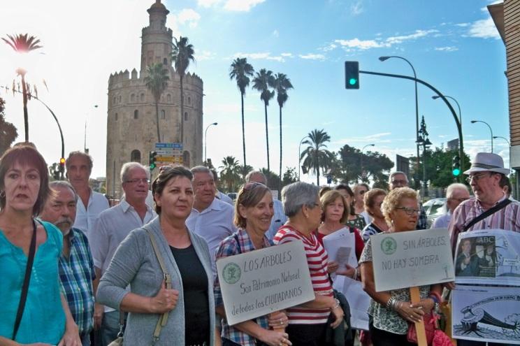 Una vez más, la Sevilla sensible, acudió a la llamada de nuestra Plataforma para defender a los árboles de Sevilla.