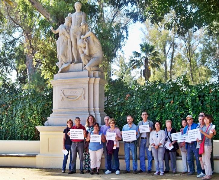 Los primeros en llegar al punto de encuentro, dejaron constancia de su rechazo al vandalismo en los parques de Sevilla.