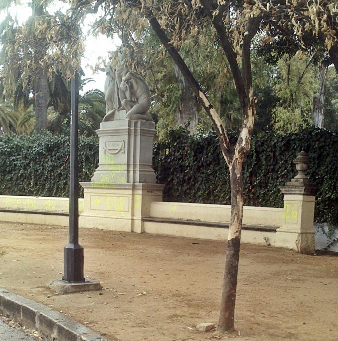 Este naranjo que está junto al monumento se ha secado porque le han quitado la corteza...