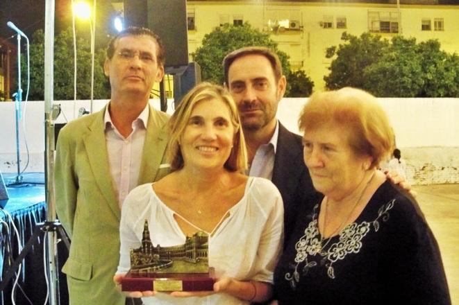 Una representación de la Plataforma Ciudadana por los Parques, los jardines y el Paisaje de Sevilla con el premio concedido por el Distrito Sur de Sevilla