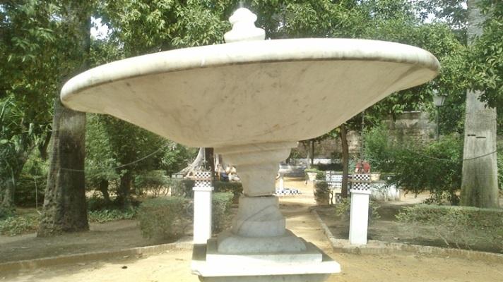 Detalle de cómo han agrietado la unión de la copa con el pedestal.
