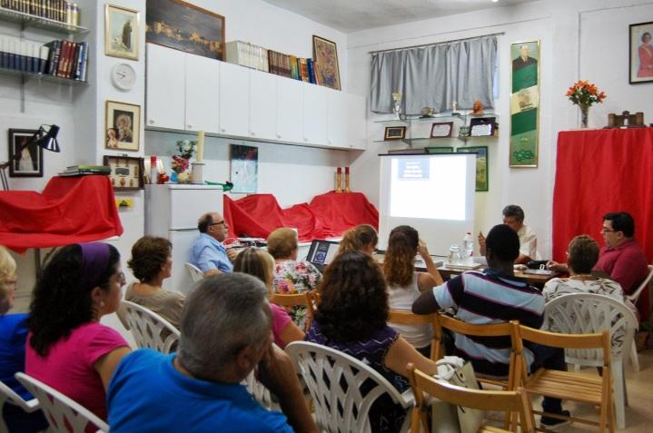 Los numerosos asistentes participaron activamente en el debate sobre las causas de la crisis económica.