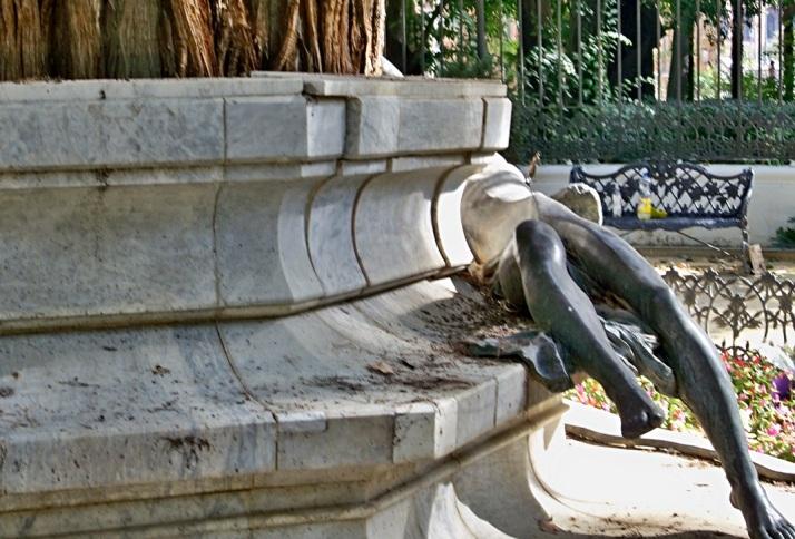 Es necesario una restauración del monumento a Gustavo Adolfo Bécquer, el taxodio está reventando las placas de mármol.