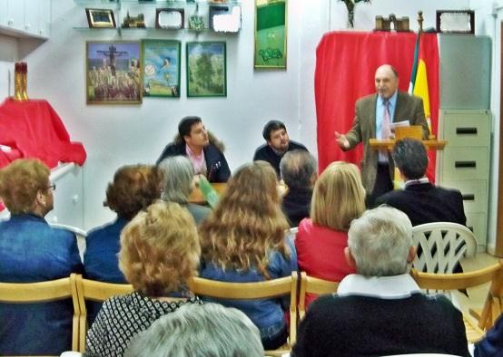 El presidente de la Asociación Amigos de los Jardines de la Oliva, resaltando los méritos del nuevo Oliveño del Año 2014