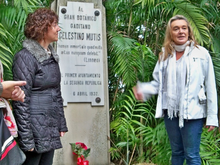 """Ofrenda de la Asociación Amigos de los Jardines de la Oliva de la """"Rosa de la Sensibilidad al monumento erigido al gran botánico gaditano José Celestino Mutis."""