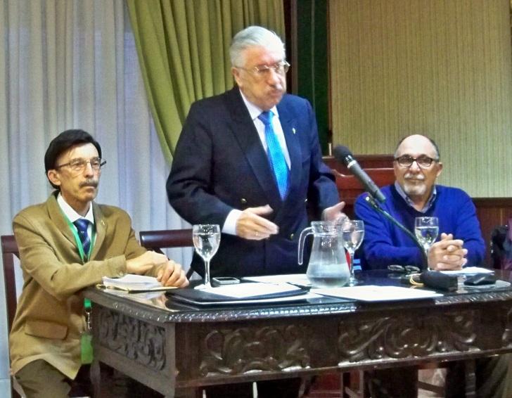 """El director del Curso """"Temas Sevillanos"""" presentando al ponente Jacinto Martínez"""