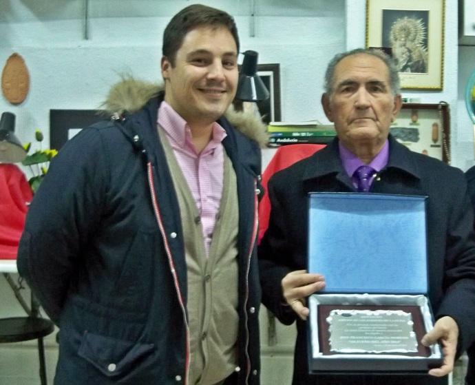 Francisco garcía Moreno, acompañado del Concejal del Distrito Sur, mostrando la placa conmemorativa.