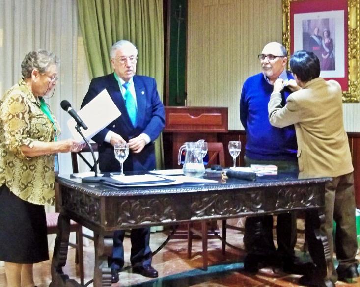 Momento de colocación de la Insignia de Honor del Curso de temas Sevillanos:
