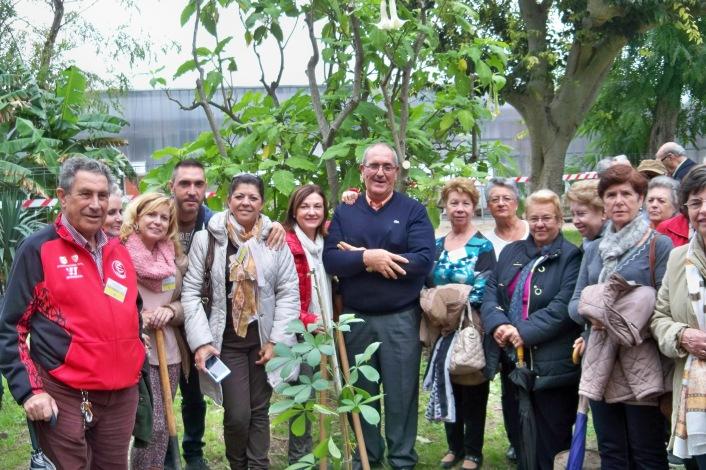 Los miembros de la Coordinadora junto al Pepe. el jardinero que cuidará el baobab.