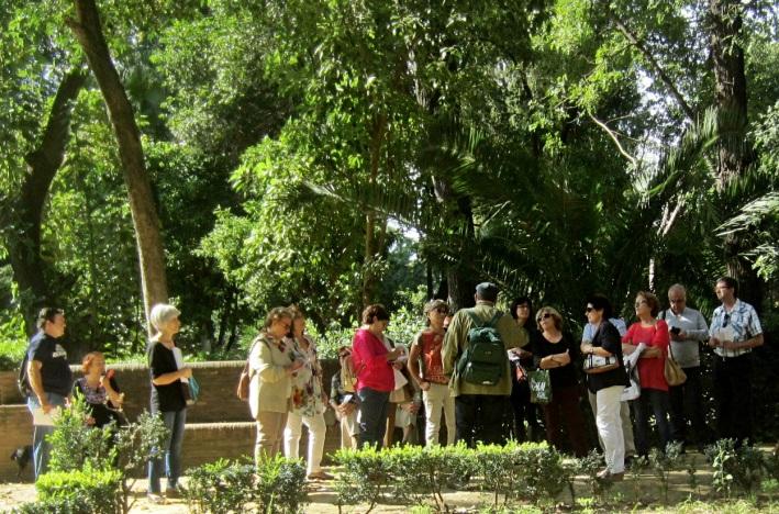 Atendiendo las explicaciones del monumento a la Infanta María Luisa