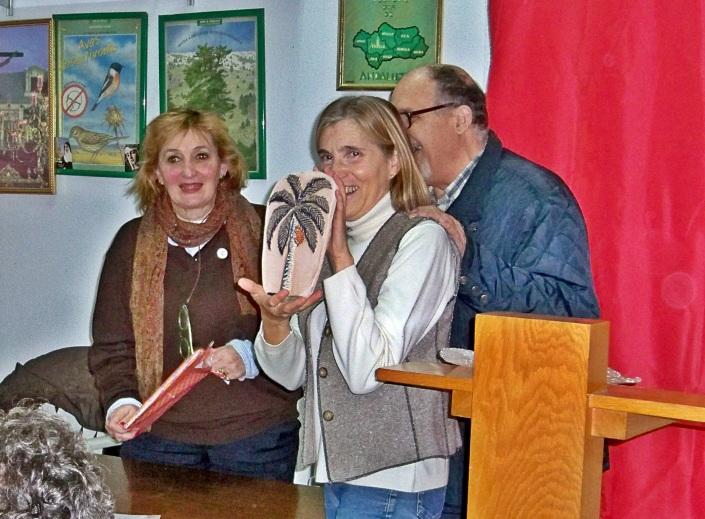 """Marisol Buero le hizo entrega de su libro """"Entre los árboles del Parque"""" y de una cerámica elaborada por ella."""