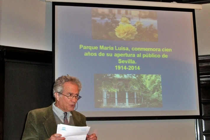 El académico Fernando Fernández Gómez, presentando al doctor Araujo.