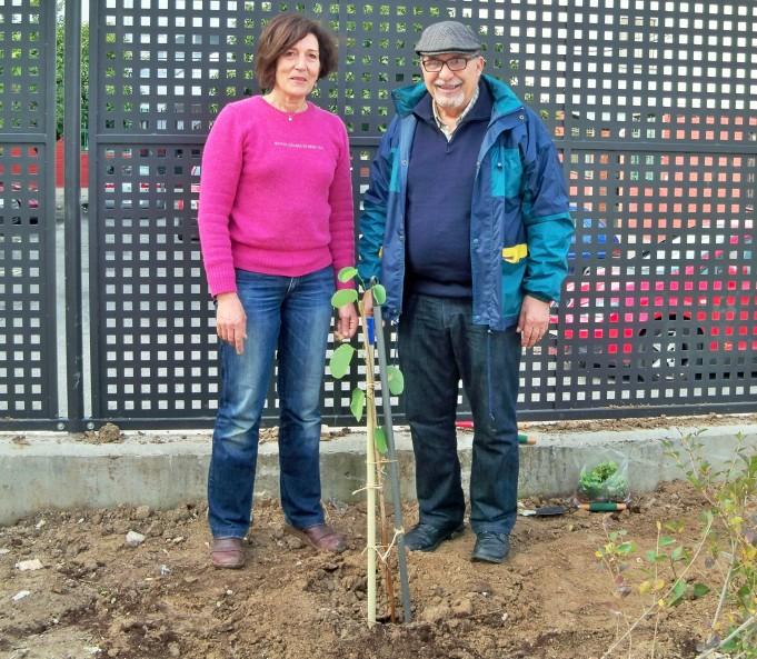 Con la profesora Alicia Castro, después de la plantación.