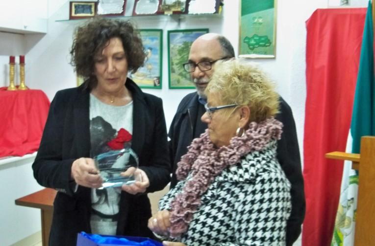 Entrega de la placa de reconocimiento a Alicia Castro Cabaleiro