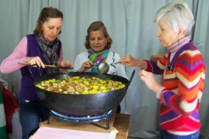 Pepi Núñez, Antonia Cadenas y Esperanza Cousinou, cocinando las papas con carne.