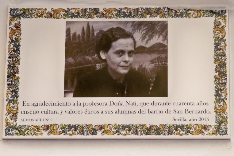 El azulejo dedicado a Doña Nati en la calle Santo Rey nº 28