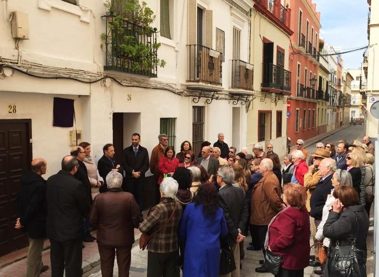 Homenaje a la profesora Doña Nati en la calle Santo Rey del barrio de San Bernardo.
