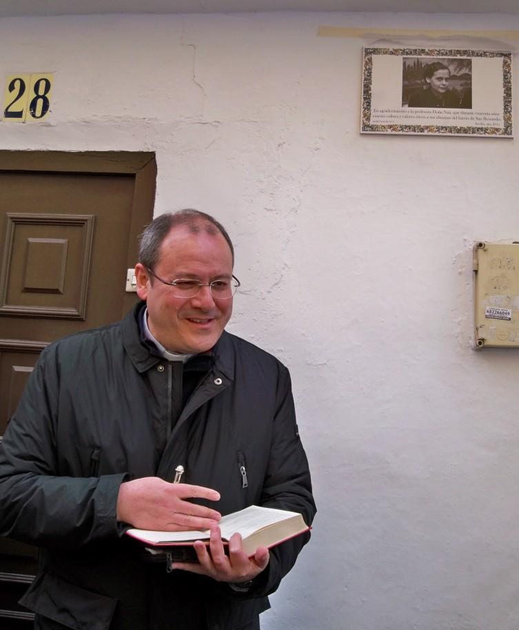 Nuestro párroco don Mario, en el momento de  la bendición.
