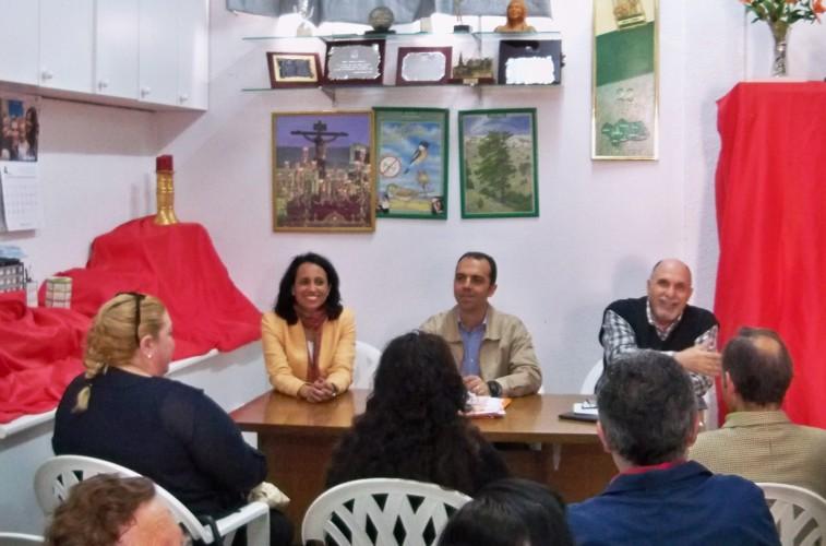 Javier Millá, candidato a la alcaldía de Sevilla, acompañado de Beatriz Robles, responsable del Distrito Sur por el partido Ciudadanos y el presidente de la entidad.