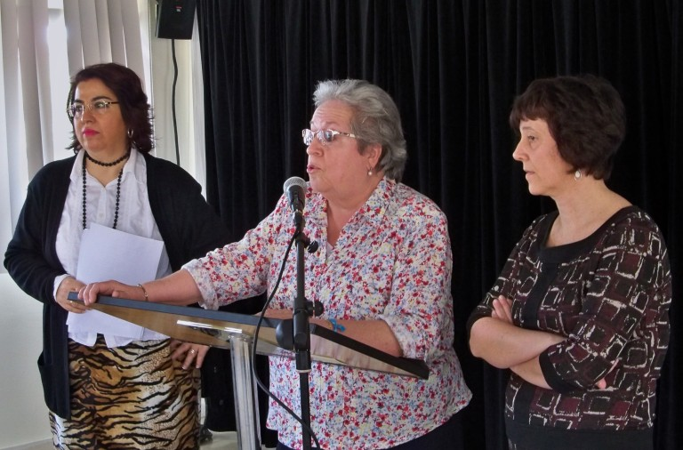 Presentación del acto, Esperanza Vélez Lamadrid, directora del Centro Cívico Esqueleto, acompañada de las técnicos: Agustina Rodríguez y  Loles González