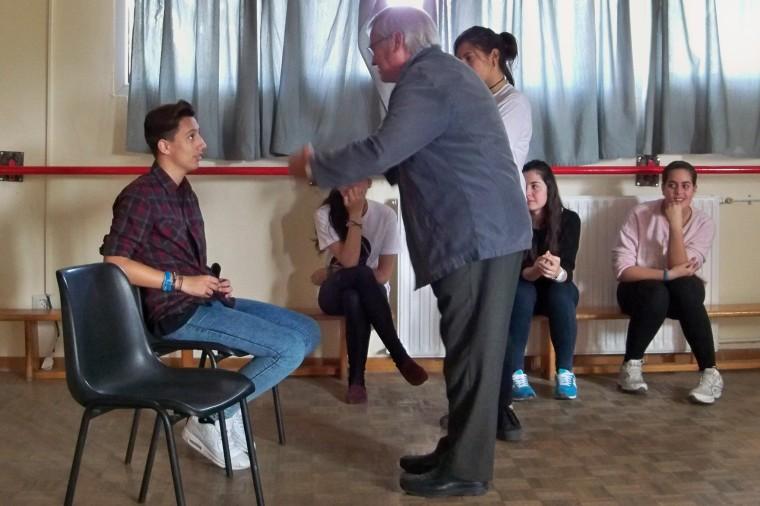 En el taller de dinámica teatral, nuestro compañero Pepe León y un alumno interpretando una escena improvisada del hijo que había dejado a la novia embarazada.