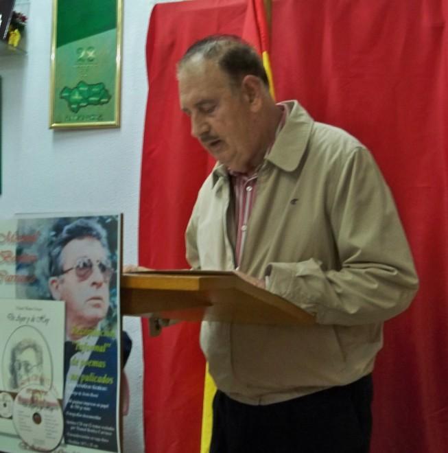 Carlos López Callejo, recitando el poema en homenaje al poeta granadino Manuel Benítez Carrasco.