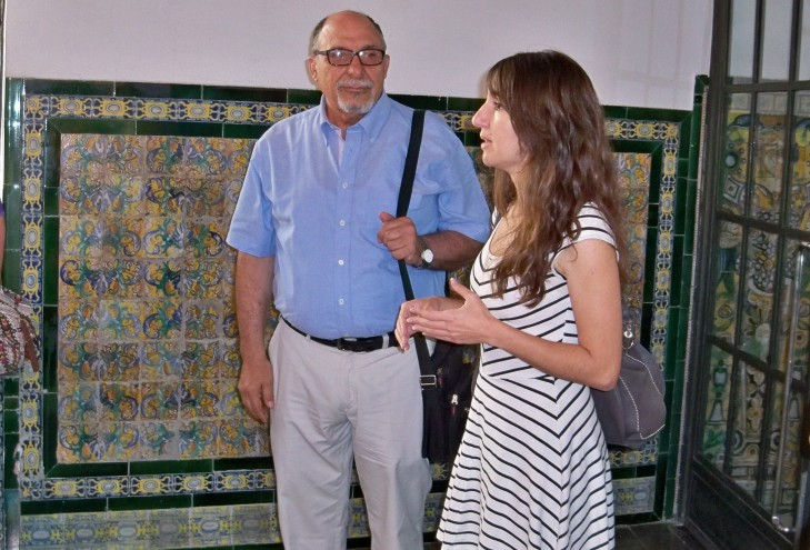 Lourdes Páez, presenta a Jacinto Martínez, al grupo de participantes.