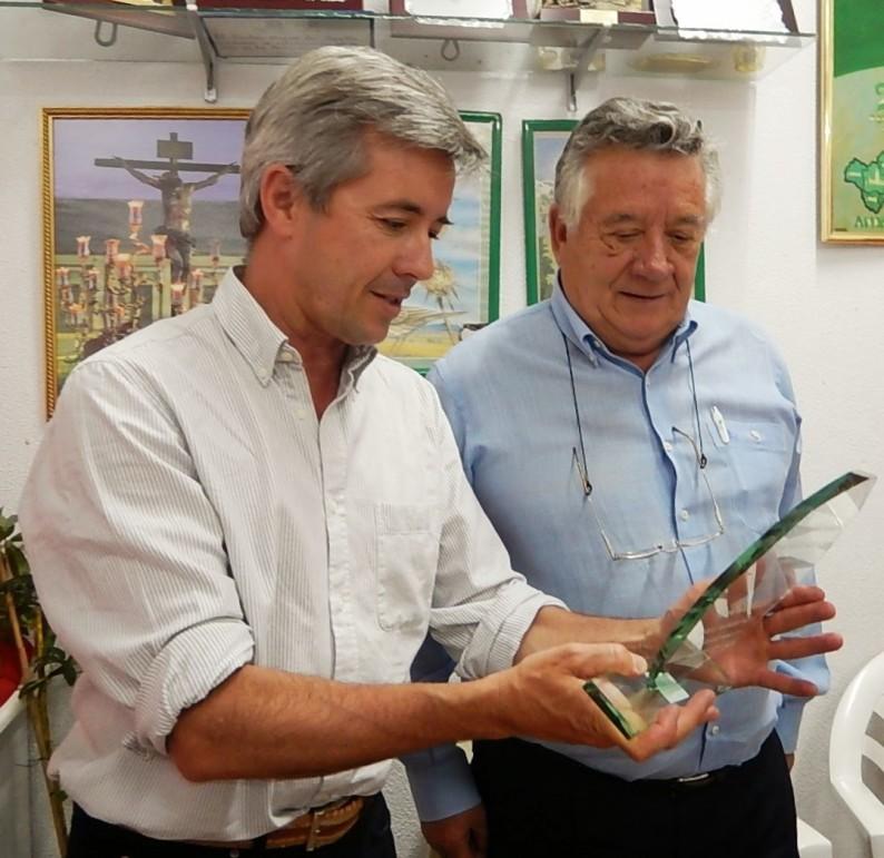Pedro Torrent, le entrega la placa de reconocimiento a José Elías Bonells.