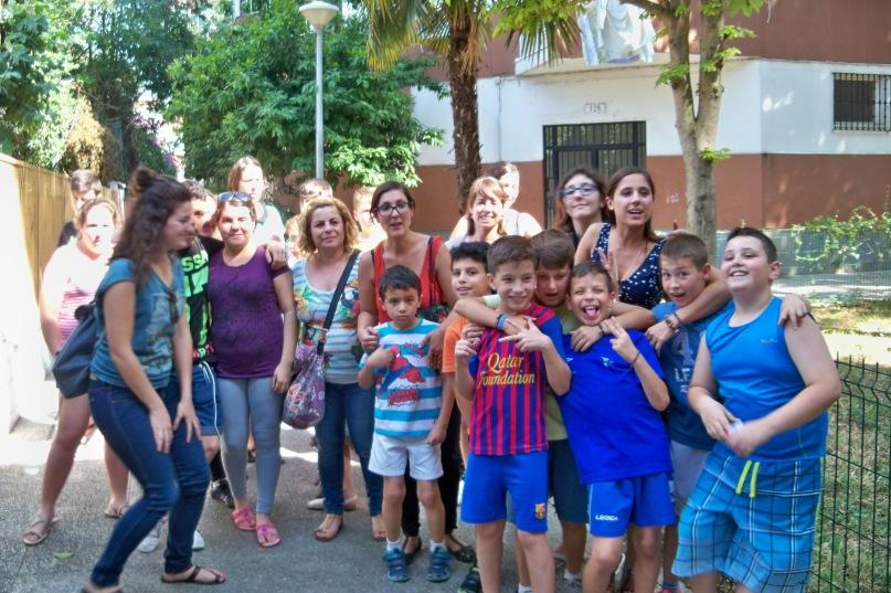 Los niños de la Fundación Atenea en el recorrido botánico de la barriada Ntra. Sra. de la Oliva.