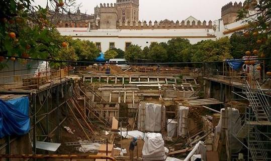 Restos arqueológicos encontrados en el Patio de Banderas.