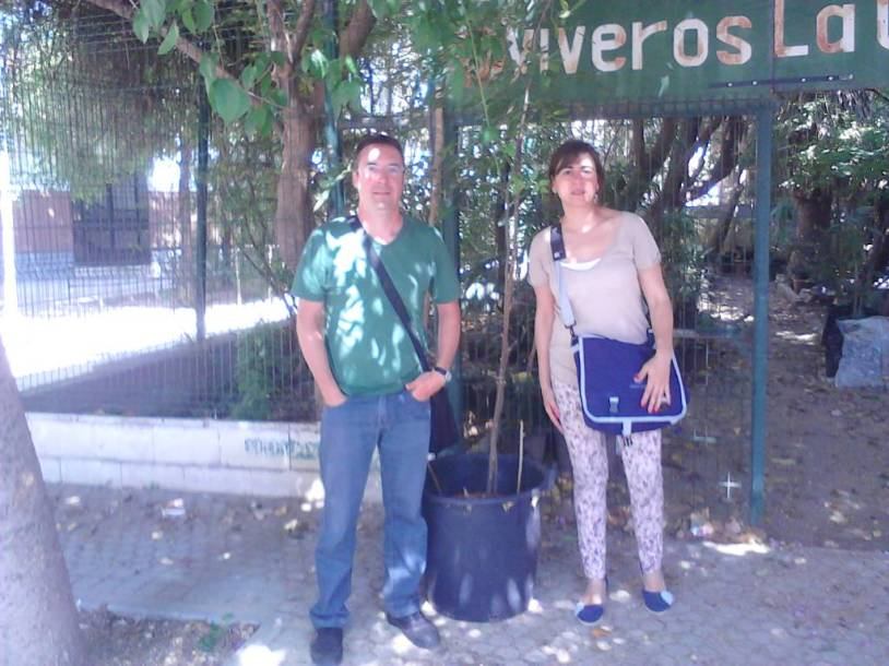 Rocio Moreno y Jesús López, de la Fundación AlGea recogiendo un almez americano.