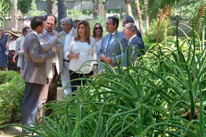 La Presidenta de la Junta de Andalucía recorriendo el jardín romántico de la Casa Rosa