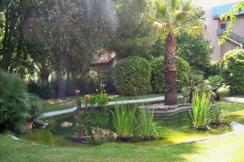 El precioso estanque de este jardín romántico