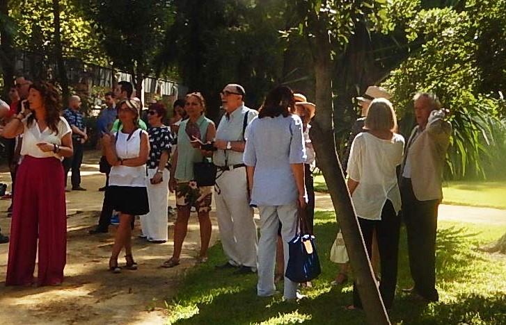 Los representantes de la Plataforma Ciudadana por los Parques, los Jardines y el Paisaje de Sevilla, en el acto de apertura al público de los jardines de la Casa Rosa