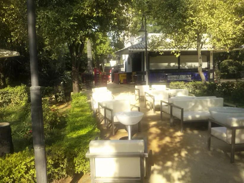 Los Jardines de la Delicias albergan dos discotecas...y eso que están catalogado como jardines históricos....qué aberración.
