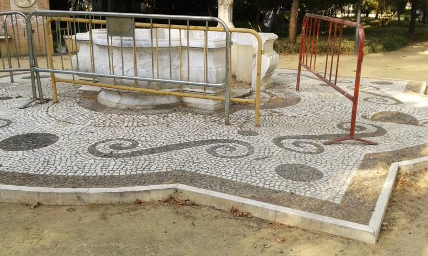 Fuente vandalizada al lado de la discoteca....