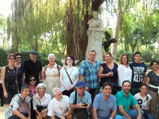 Una fotografía de recuerdo en la Glorieta de Bécquer. Todos coincidimos en que el monumento necesita una urgente restauración.