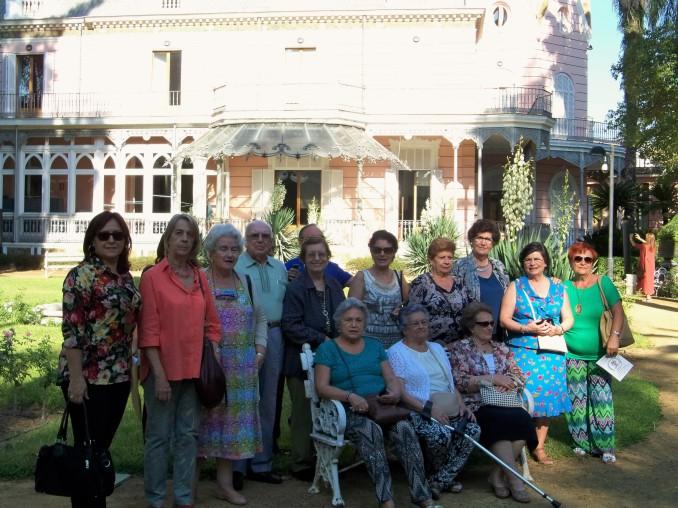 Algunos de los primeros visitantes posaron delante del edificio de la Casa Rosa.