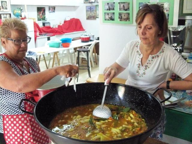 Conchi Rivera y Pepi Núñez cocinando las papas con choco